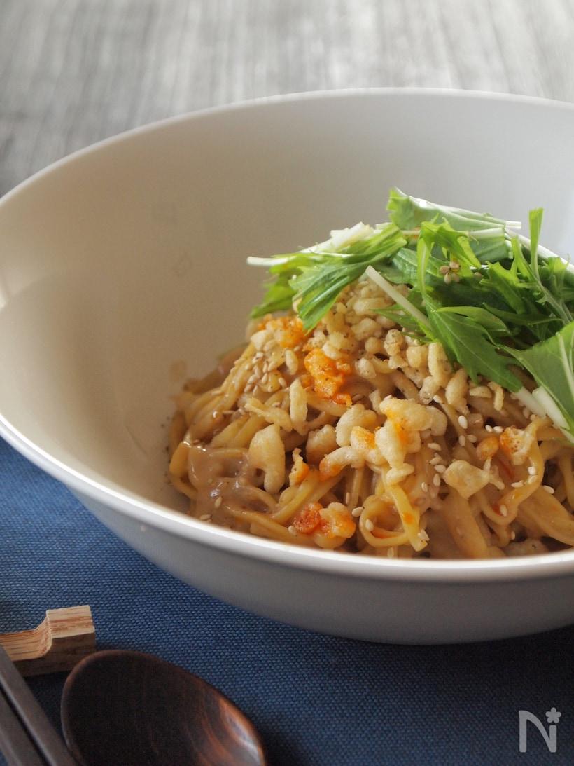 白の大きめの皿に盛られたインスタントラーメンから作る汁なし担々麺