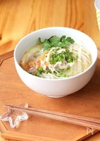 『スープから作る鶏肉のフォー』