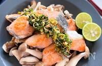レンジで簡単!生姜香る香味だれたっぷりきのこと鮭のソテー