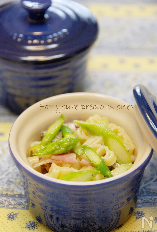 青いココットに盛られたアスパラガスとマカロニのサラダ