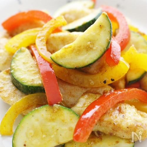 鶏胸肉が柔らかく!夏野菜とカレー炒め