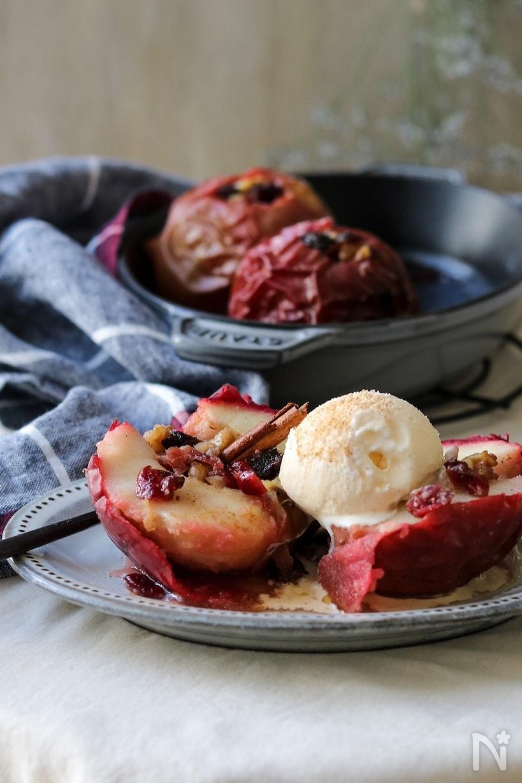 グレーの丸皿に盛り付けたクランベリーを詰めた焼きリンゴ