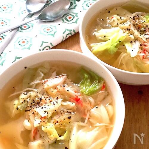 お手軽食材で食べるスープ♡キャベツと玉ねぎとカニカマのスープ
