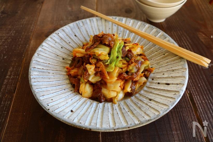 白っぽい皿に盛られた、キャベツと牛肉のピリ辛味噌炒め