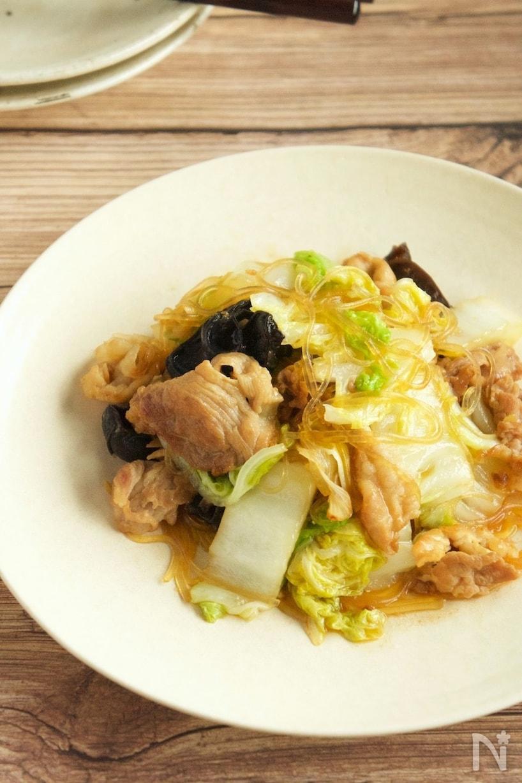 白いお皿に盛りつけられた白菜と豚肉のオイスターソース炒め