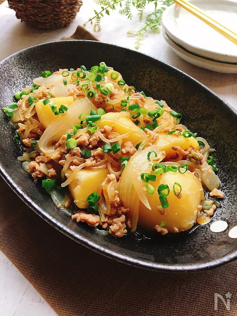 黒のお皿に盛りつけた新じゃがいもと豚ひき肉のそぼろ煮