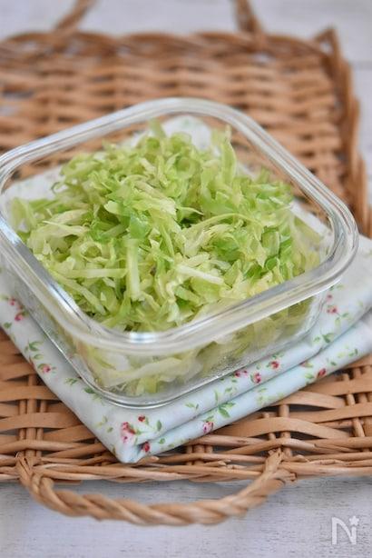 透明の器に入れたキャベツの作り置きサラダ