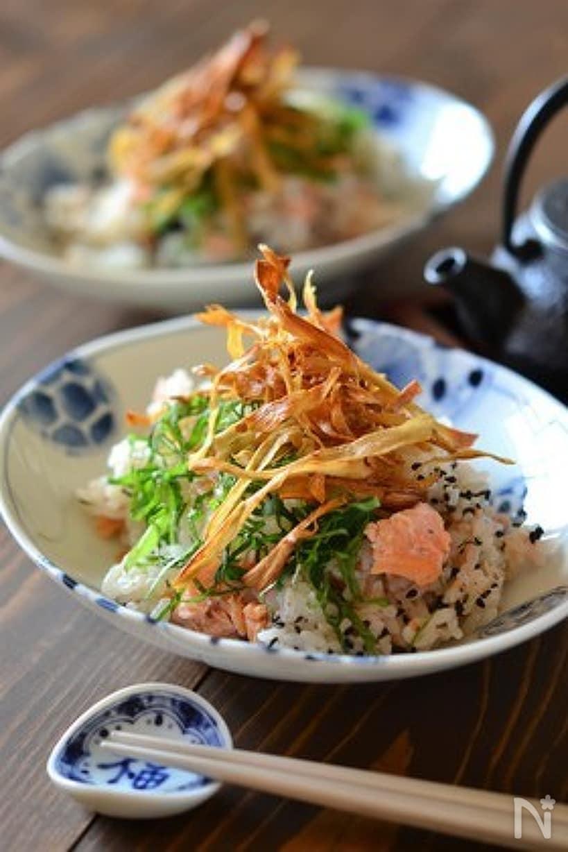 丸いお皿に盛られた鮭とパリパリごぼうの混ぜごはん