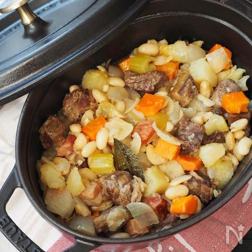 ストウブ鍋で牛肉と白いんげん豆の煮込み