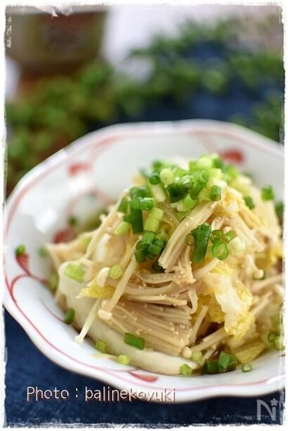 薬味ねぎがトッピングされた白菜とえのきの煮物