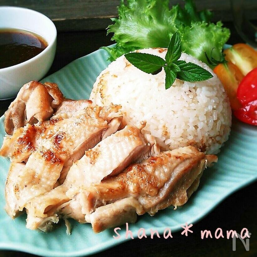 水色のデザイン皿に盛られた鶏もも肉のシンプルカオマンガイと付け合わせのトマトとレタスとミント