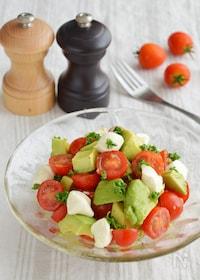 『トマトとアボカドのサラダ。さっぱりとした前菜。』