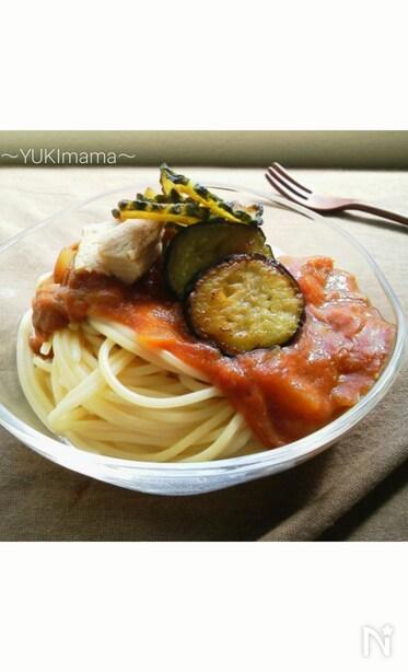 パスタに濃厚トマトクリームツナカレーと夏野菜を盛り付けた写真