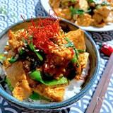 肉少なめがバレない簡単節約飯〝豚ニラ豆腐の旨辛丼〟