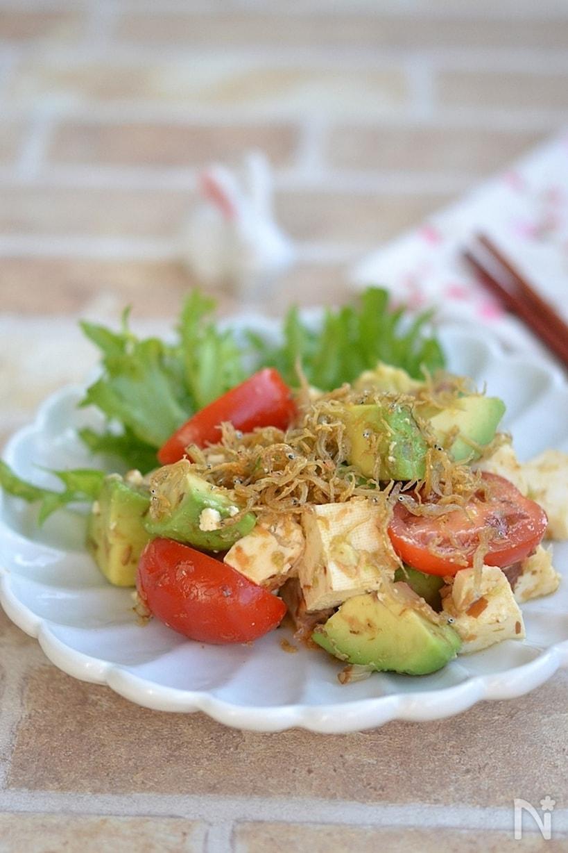 白い皿に盛られた、アボカドと豆腐のカリカリしらすサラダ