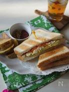 アボカドとスモークサーモンのサンドイッチ