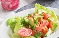 トマトとアボカドのサルサ風サラダ*紫玉ねぎピクルスからの~