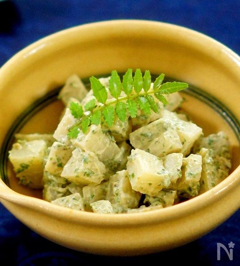 クリーム色の小鉢に盛り付けたたけのこと白味噌マスカルポーネの木の芽和え