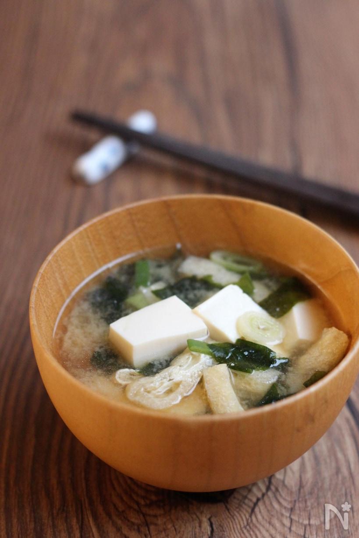 お椀につがれた豆腐とわかめの味噌汁