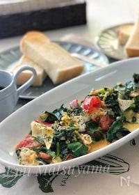 『*ほうれん草とトマトとベーコンのカマンベール卵炒め*朝食に◎』