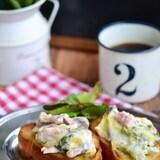 白菜とベーコンのクリーム煮のせガーリックオイルトースト
