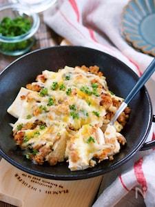 乗せて焼くだけ♪『豆腐の肉味噌チーズグラタン』