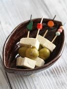 オリーブとクリームチーズのピンチョス