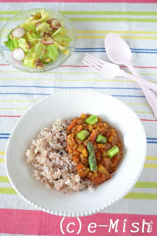 白平皿に盛られた雑穀ご飯とアスパラドライカレー
