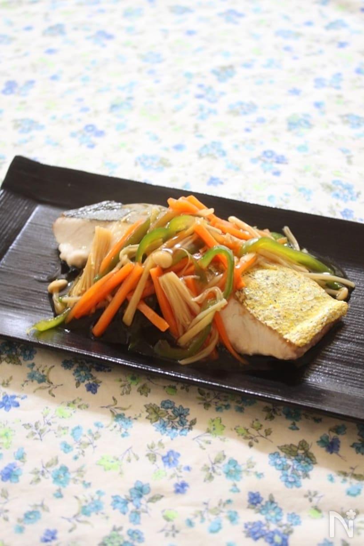 黒い和食器に盛られたシイラのソテーと野菜あんかけ