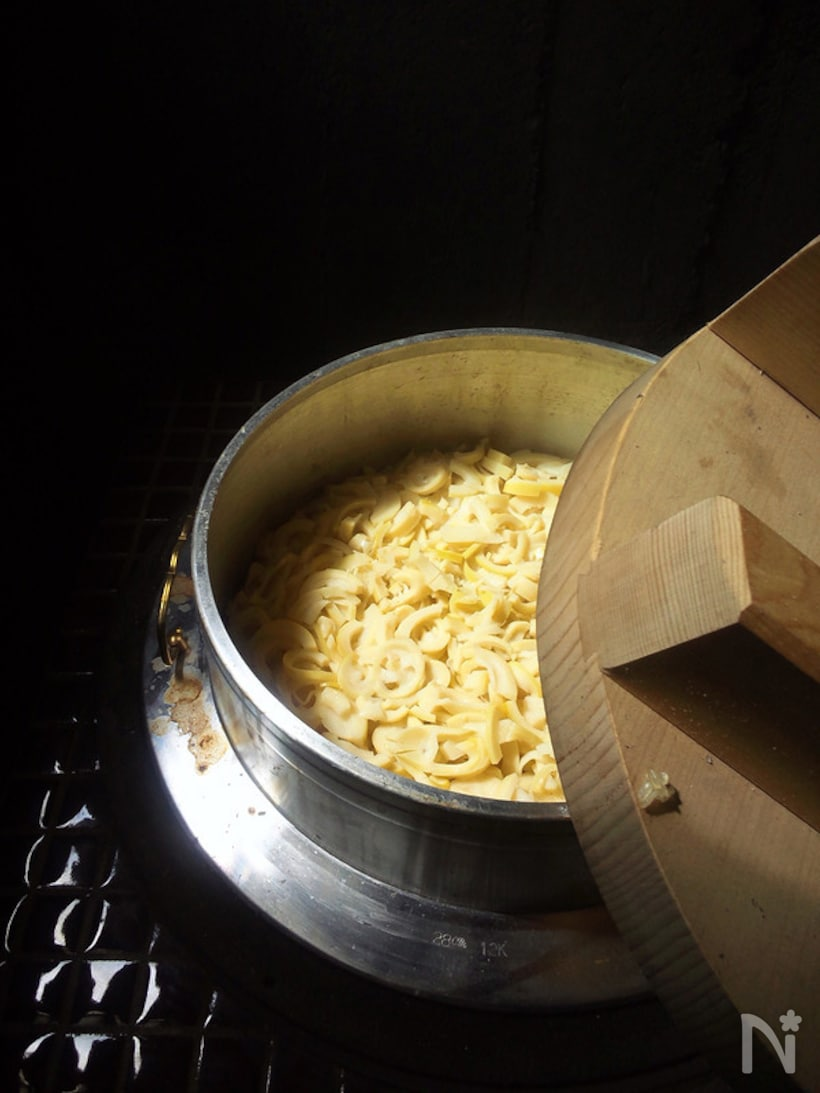 土鍋に盛られた本格たけのこご飯