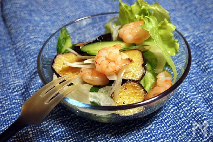 透明なボウルに盛られたナスやレタスのサラダ