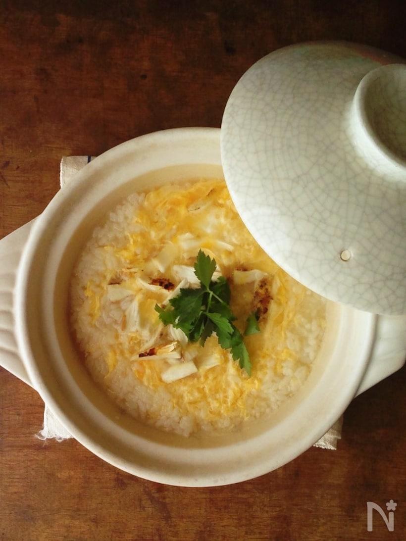 白い土鍋に入った卵雑炊