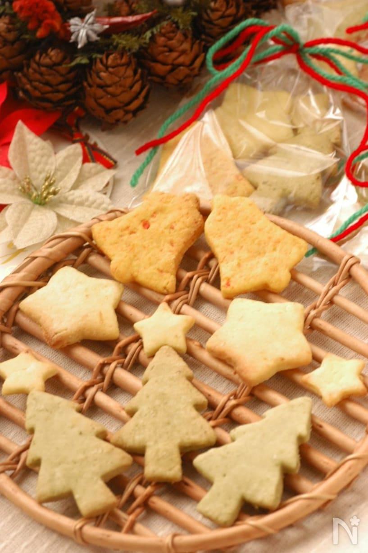 星やツリーの形のカラフルなクッキー