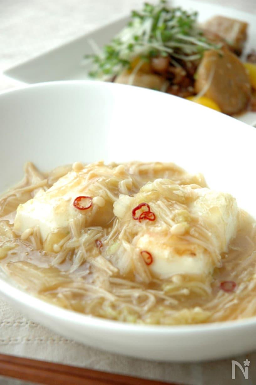 器に盛られた白菜とエノキの、トロり豆腐あんかけ
