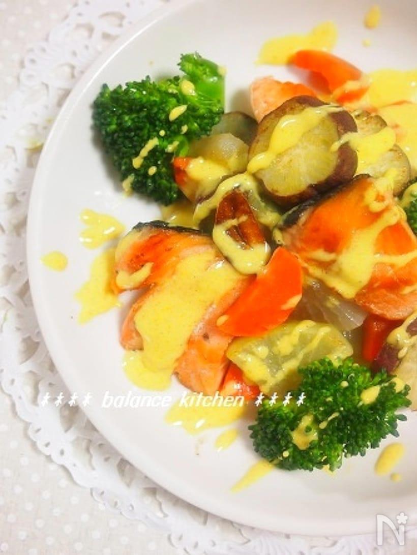 カレーチーズソースをかけた鮭と彩り野菜のソテー