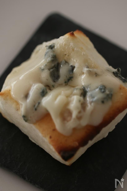 ゴルゴンゾーラチーズののった焼き餅