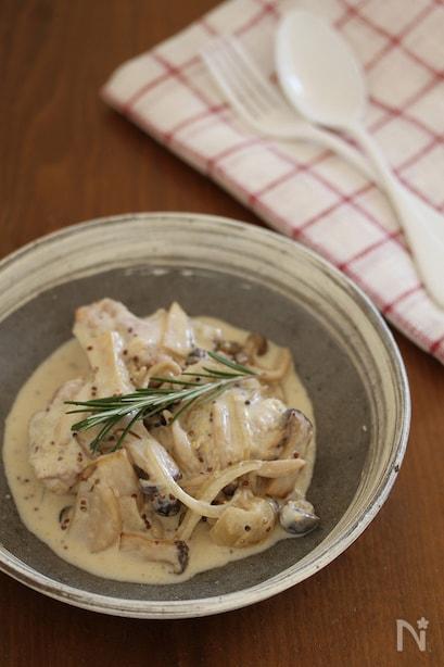 鶏肉、しめじ、玉ねぎを粒マスタードや生クリームで煮込んだひと品