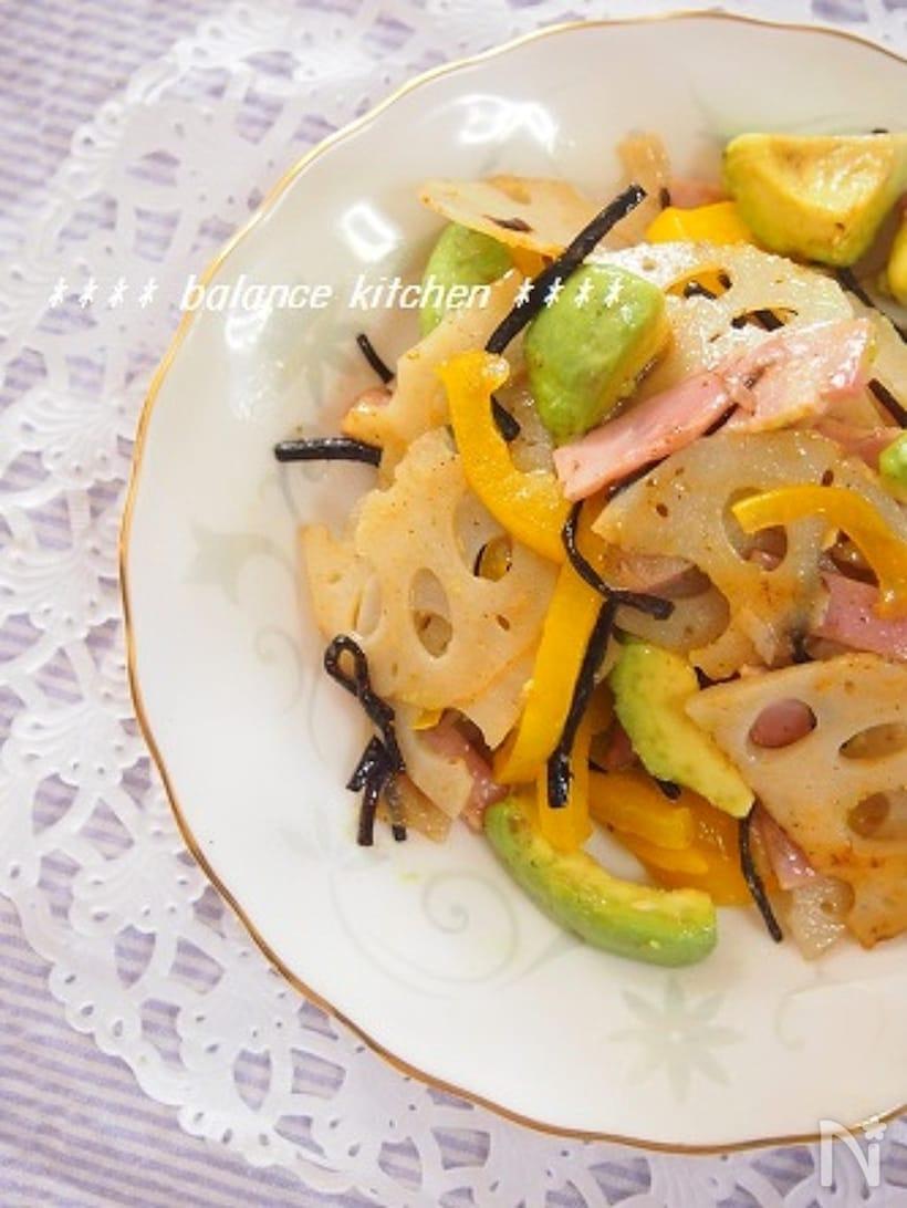 お皿に盛られたレンコンとアボカドの塩昆布サラダ