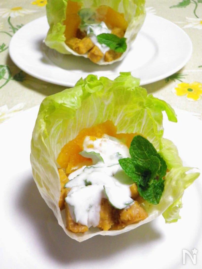 レタスをカップにし、お皿に盛り付けたテンペのヨーグルトサラダ