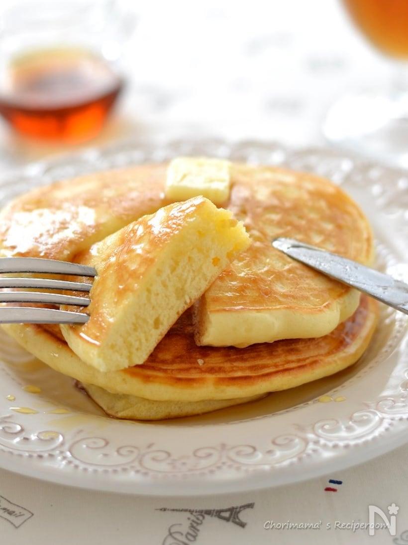 薄力粉で作られたパンケーキが白いお皿の上で切り分けられている