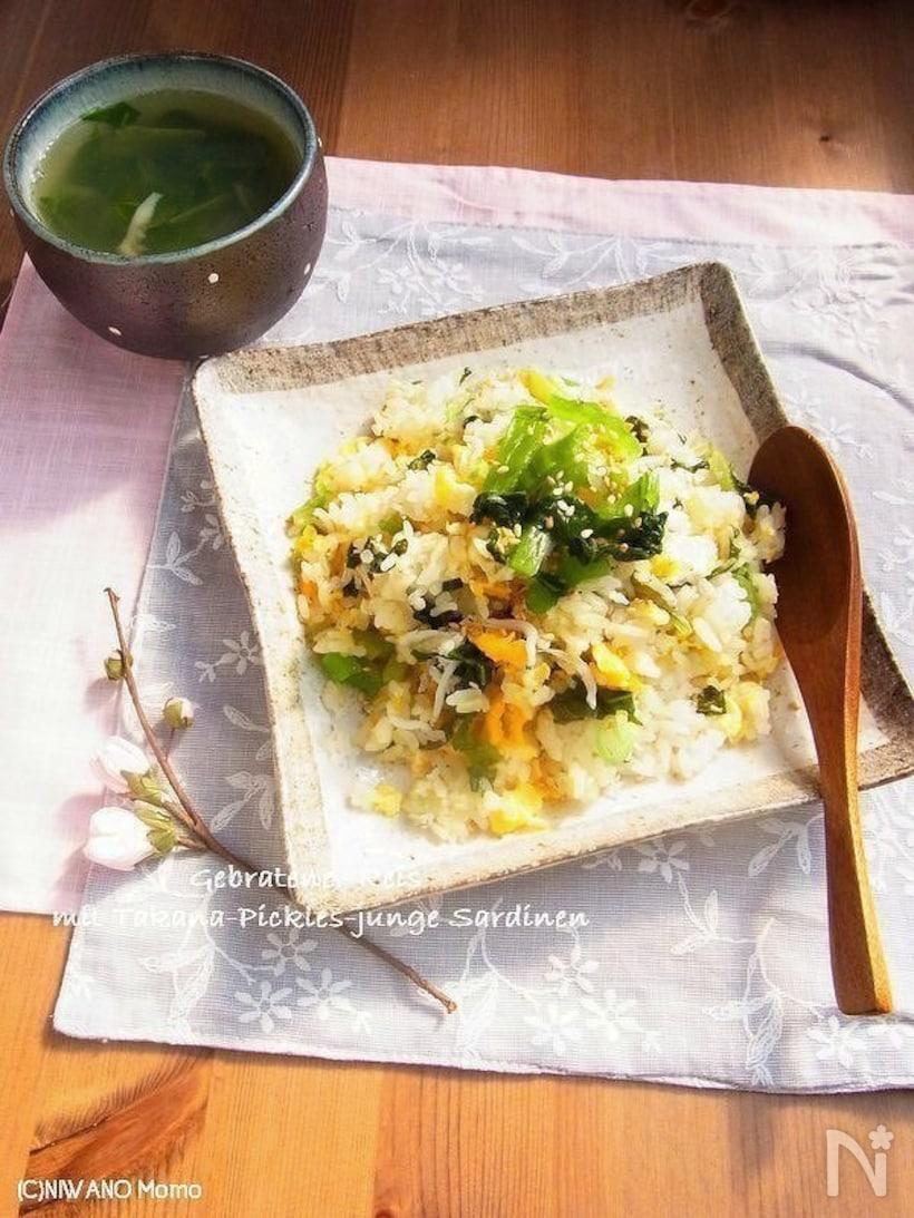 高菜としらすが入った卵炒飯とわかめスープ