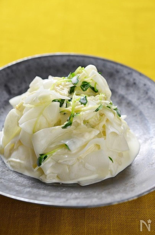 和食器に盛られたクリーミー大根サラダ