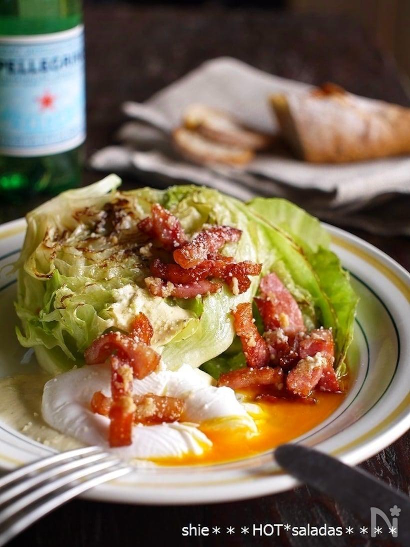 半玉に切ったレタスを焼いて、カリカリベーコンと半熟たまごを乗せたシーザーサラダ