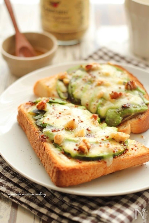 2.アボカドとクルミのトースト
