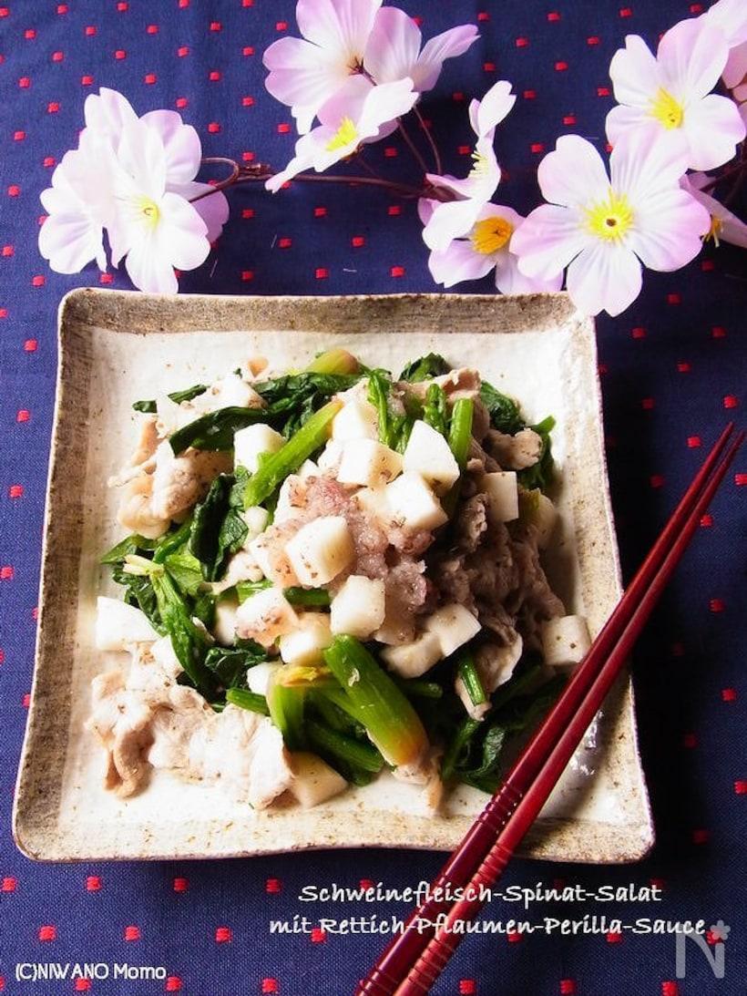 和の角皿に盛られた長芋と豚肉とほうれん草のしそ梅みぞれ和えとお箸