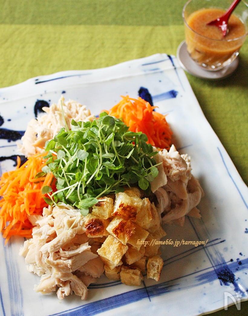 青い模様の入った角皿に盛られたたっぷり生姜のゴマ醤油だれバンバンジー