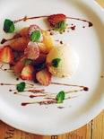 イチゴのソテーバルサミコソース、バニラアイス添え。
