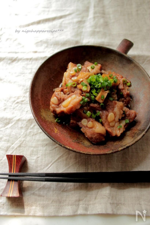 お皿に盛り付けされた豚軟骨の甘辛煮