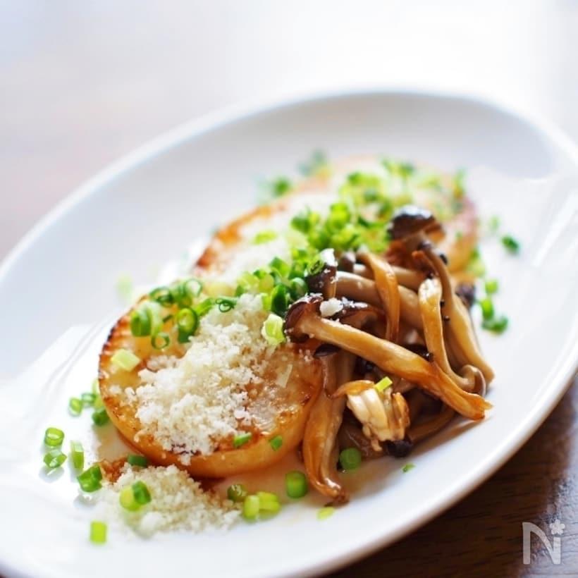 白いお皿に盛られた大根ステーキのパルミジャーノ・チーズかけ