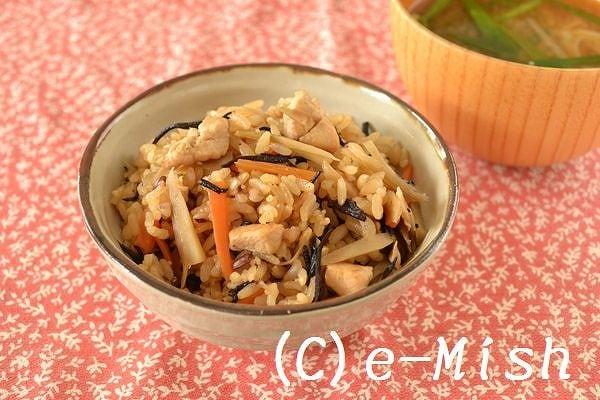 茶碗に盛られた鶏肉とひじきの炊き込みご飯